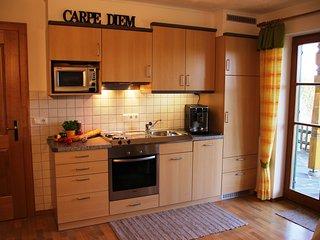 Küchenzeile mit umfangreichen Utensilien