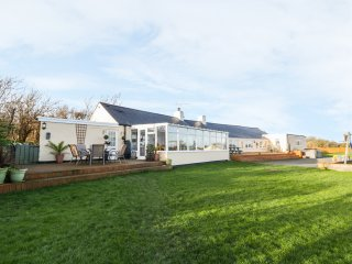 CAE GLAS, detached, enclosed garden, games room, BBQ hut, woodburner, near Valle