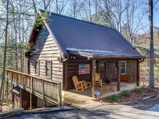 Spacious cabin in the woods w/hot tub & shared seasonal pool/fishing pond access