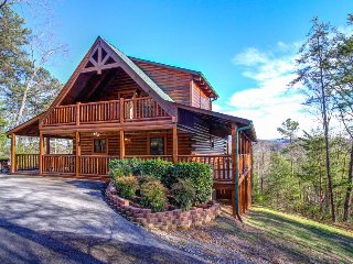Luxurious cabin with private hot tub, three levels of decks, and amazing views!