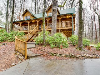 Log cabin hideaway with private hot tub, close to national park