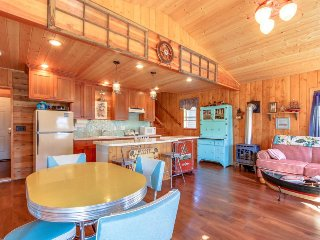 Charming floating house on lakefront w/ gorgeous bay views & entertainment!