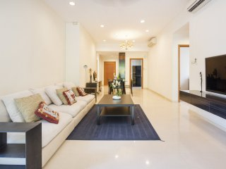 Modern, Luxurious and Cosy Condo 3 Bedroom Apartment near Airport