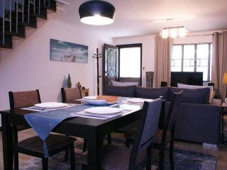 Large cozy 135m2 townhouse near Airport and malls. With Air-con and free parking