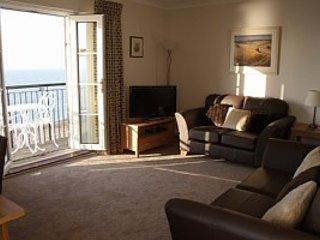 Salon avec balcon orienté plein sud.