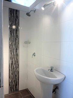 Baño privado de la habitación cuadruple