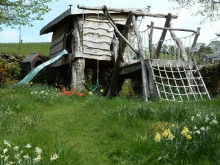 LITTLE GHYLL COTTAGE, pet friendly, wi-fi, private garden. Ref: 972416