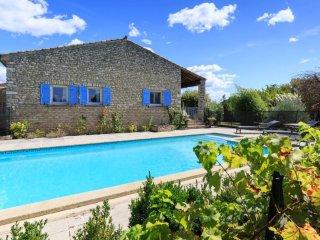 A Gordes : maison de charme avec piscine, au calme