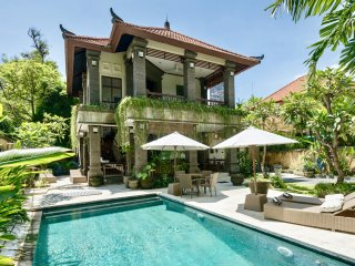 VILLA IBU, LUXURY 3 BDRM VILLA, POOL, LARGE GARDEN, WITH BEACHFRONT ACCESS