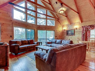 Lakeview lodge with two decks, pool table, hot tub & shared swimming pools