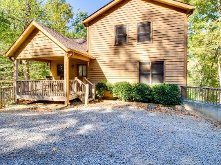 Mountain view lodge w/ a private hot tub, game room, & a shared pool, tennis!