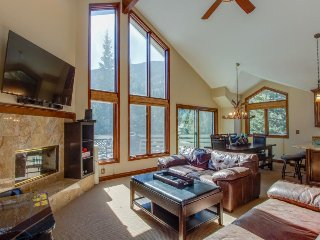 Cozy, sunny mountain home w/ beautiful views & a private hot tub