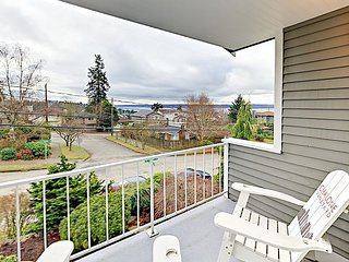 2BR w/ Fireplace, Patio & Balcony - Puget Sound Views, Prime Locale