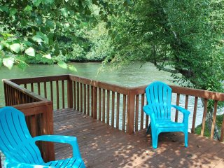 The River's Edge Cabin. Cast your cares away down river! With Wifi