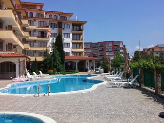 Fantastic Family 2 Bedroom Poolside Apartment - Close to the Beach!