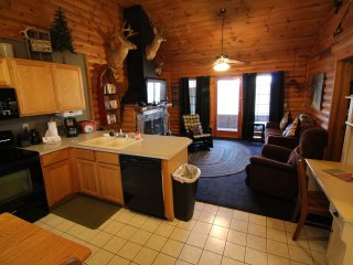 Rustic Log Cabin,2 jacuzzis,Private Lake,1m to SDC