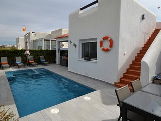 New comfy sun loungers & pool/Jacuzzi + led colour change lights.Relax in or out of sun in private!