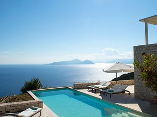 Urania villa Helios. Endless, breathtaking sea views. Tranquil setting.