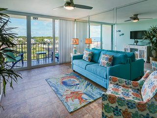 SPACIOUS 2 BEDROOM TROPICAL OASIS WITH FLORIDA BAY SUNSET VIEWS!