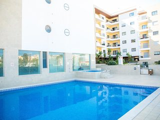 Central 2 Bed with Spa and Pool