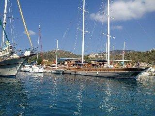 Une promenade en bateau du port est un must, y compris le déjeuner.