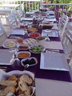 Petit déjeuner typiquement turc offre kalkan.