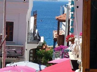 l'une des rues pavées menant Kalkan au port.