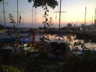Coucher de soleil dans le beau port Kalkan.