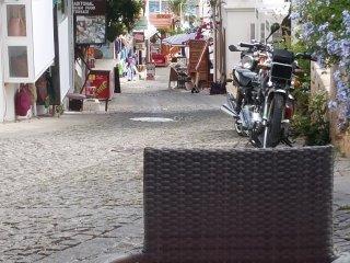 L'une des rues pavées menant Kalkan au port