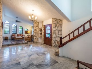 Casa Ana — Vaulted Ceilings, Convenient Location
