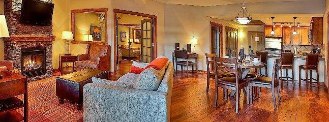 Disfrute de un amplio salón con muebles cómodos y chimenea