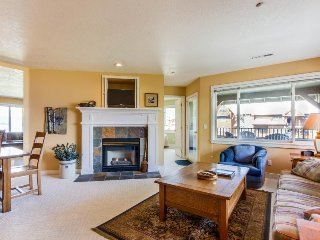 Cozy condo w/ fireplace, shared indoor pool & marina views!