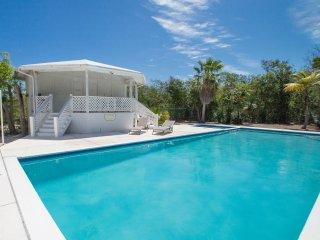 Villa Les Sablons - Spacious Upper Floor Suite- Screened Veranda -5 min to beach