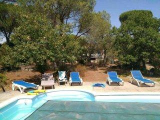 Villa avec piscine au mieu des pins parasols