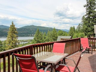 Outstanding lake & river views, private location - dog-friendly!