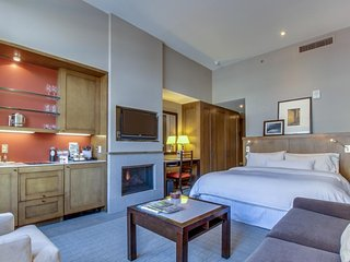 Upscale studio with ski-in/out access, shared pool, hot tub & more!