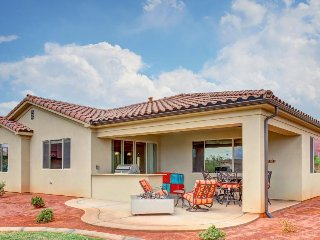 Outstanding family rental w/spacious patio, community pool, clubhouse & hot tub!