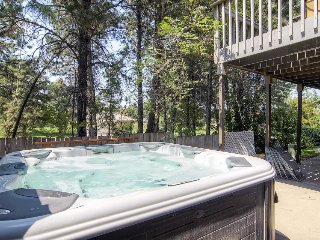Large and luxurious home w/ private hot tub, fireplace, shuffleboard