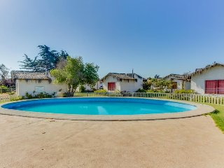 Convenient cottage with shared pool - walk to the beach, shops & restaurants