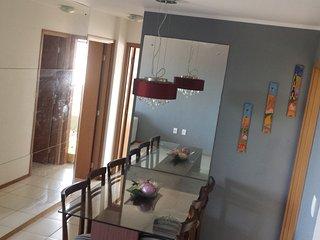 Sala de jantar bem ventilada, dois quartos com ar condicionado e cama de casal.