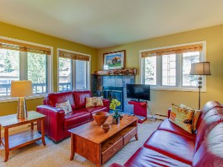 Convenient condo w/ shared pool & hot tub - drive or bus to slopes!