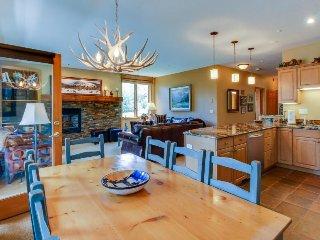 Mountainview home w/ balcony, near ski slopes, access to shared pool & hot tub