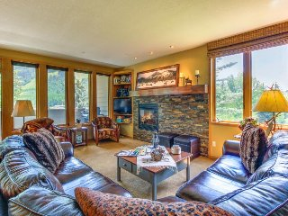 Mountainview home w/ balcony, near ski slopes, access to shared pool & hot tub