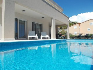 NEW! Villa Leonore with heated pool,close to town centre, sandy beach and sea