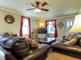 Comfy, well-loved home w/ front porch, patio, & back yard - dogs welcome!