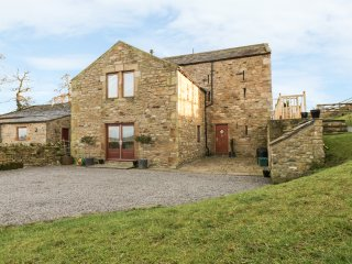 CASTLE MILL, pet-friendly luxury cottage, WiFi, en-suite, garden, Ravensworth