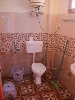 Room 2 toilet/bath