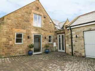 HORSLEY BANKS FARM COTTAGE, en-suite, courtyard, close pub and Heddon-on-the-Wal