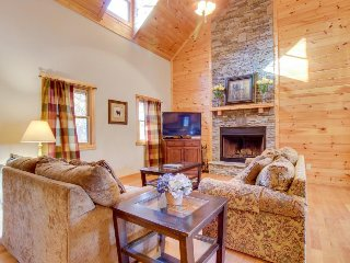 Dog-friendly cabin w/private hot tub, access to shared pools, golf, fishing pond
