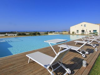 Sud, Petrantica Resort with scenic pool